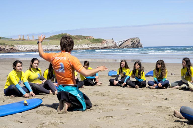 aprender surf en una escuela