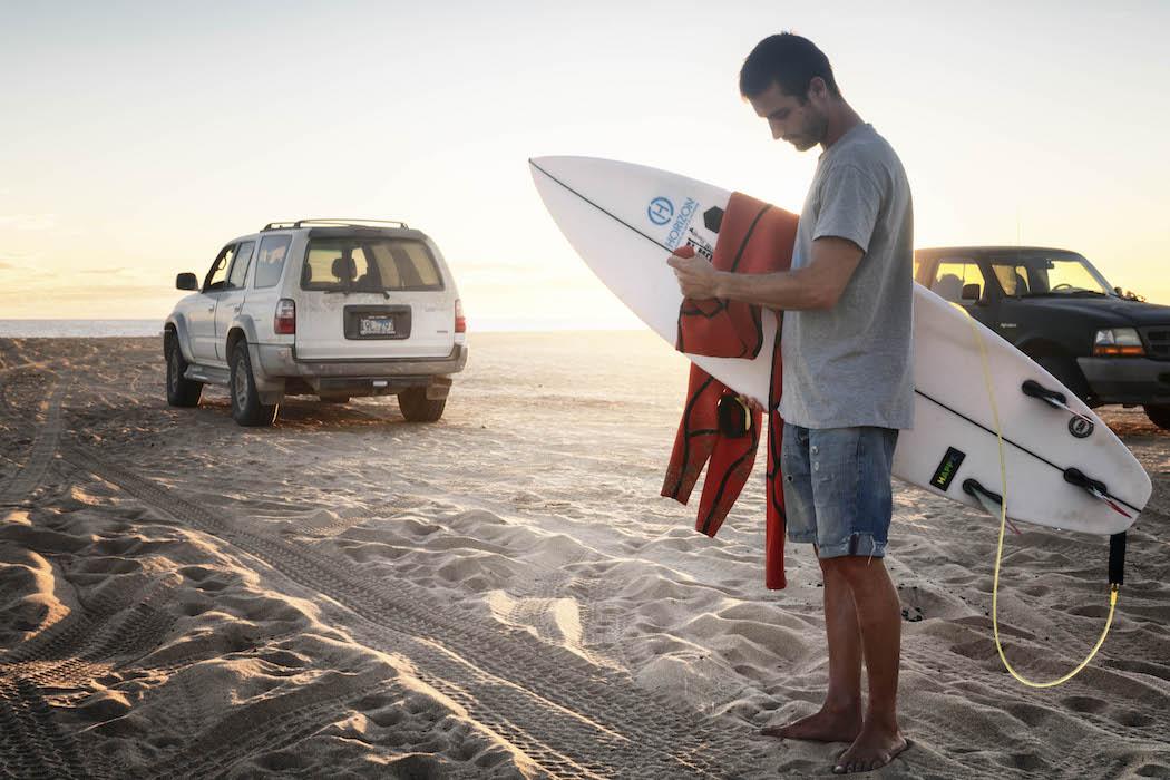 Cómo elegir un traje de surf width=